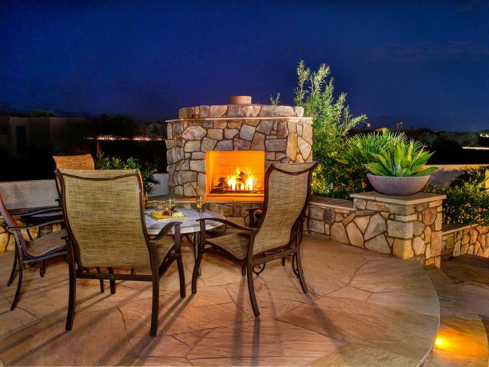Setzen Wir Uns Neben Die Feuerstelle Im Garten Hin