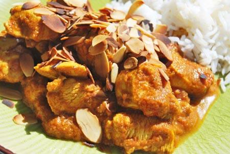 Hühnchen Tikka Masala mit Mandelblättchen bestreut