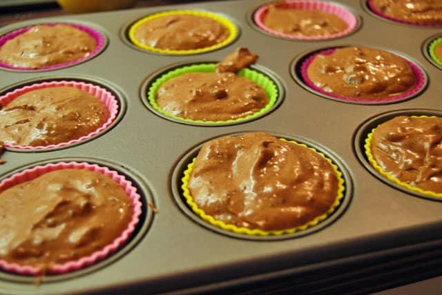 Die unfertigen Muffins für die Frischkäse-Chocolate-Muffins