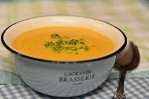 Karotten-Orangen-Suppe bringt Farbe in den Teller