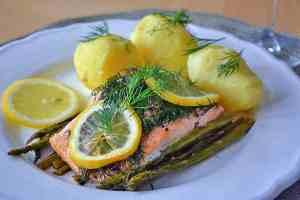 Lachs in Alufolie auf einem Spargelbett mit Kartoffeln
