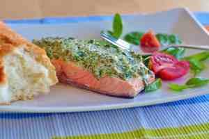 Kräuter-Lachs mit Brot