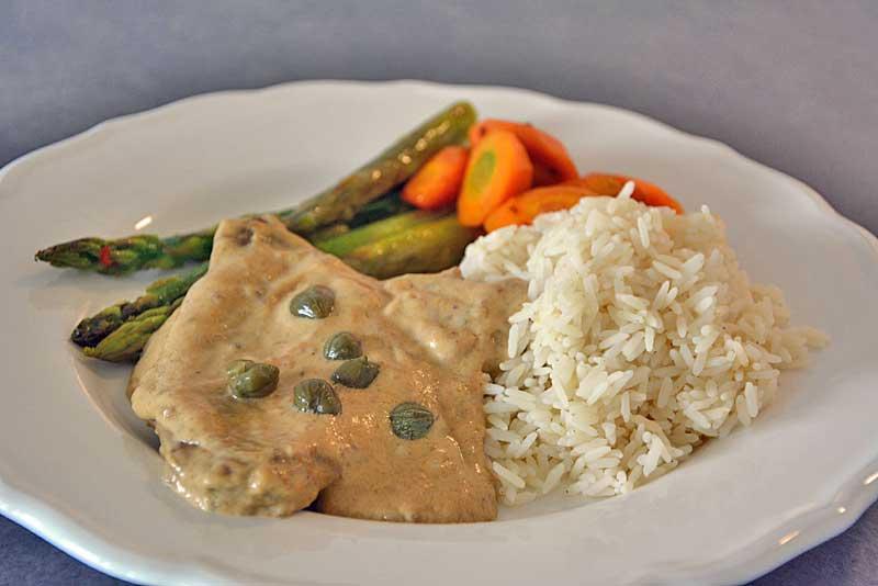 Rindsschnitzel Esterhazy mit Gemüse und Reis