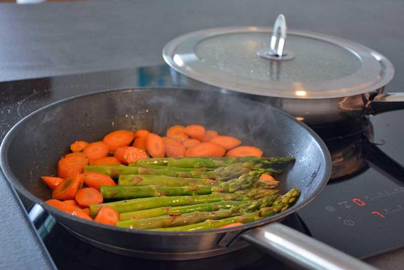 Das Gemüse anbraten für Rindsschnitzel Esterhazy
