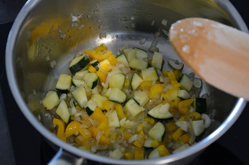 Gemüse anschwitzen für das Gemüse-Risotto