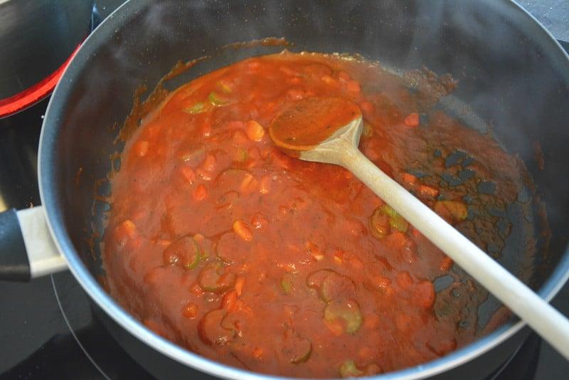 Die Tomatensauce köcheln lassen für die Pasta mit Champignons