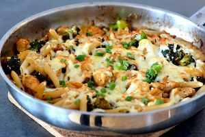 Hähnchenpfanne mit Brokkoli frisch aus dem Ofen