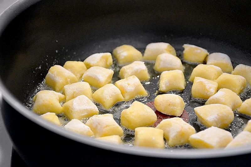 Kartoffelpaunzen in Butter goldgelb anbraten