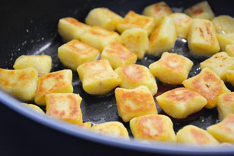 Kartoffelpaunzen in der Pfanne