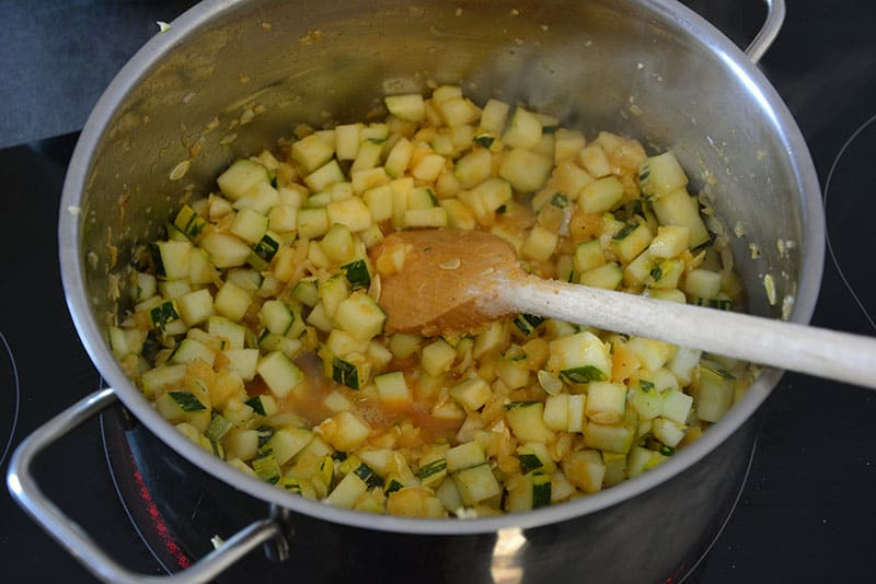 Zucchini Würfel für das Zucchini Chutney