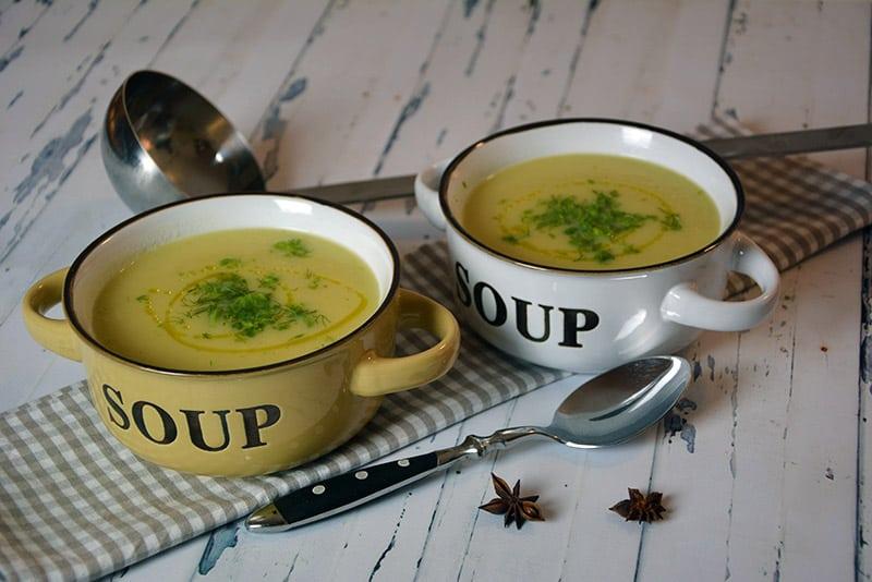 Wer Fenchel nicht mag, wird diese Suppe dennoch lieben. Sie schmeckt nicht sehr intensiv nach Fenchel und der Sternanis gibt eine tolle Breite in die Suppe. Also her mit der Fenchelsuppe mit Sternanis.