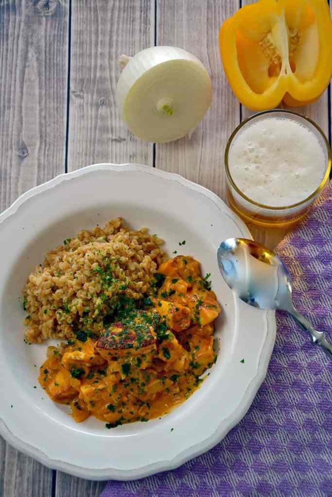Auch Lust auf ein schnelles Abendessen. Mit Halloumi Stroganoff mit Einkorn zauberst du innerhalb von 25 Minuten ein perfektes und einfaches Essen auf den Tisch.