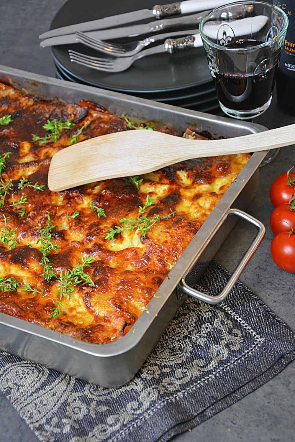 Ein einfaches Rezept für die klassische Lasagne Bolognese. Leckeres Soulfood aus dem Backofen direkt aus Italien. Ein Rezept für eine vegetarische Alternative findest du auch unter dem Rezept auf www.allekochen.com #rezept #lasagne #bolognese #pasta #food