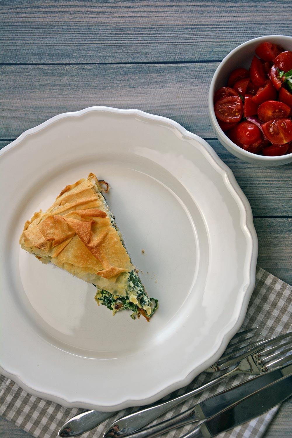 Einfaches Rezept für Spinat-Feta Pastete mit Strudelteig aus dem Backofen. Dazu gibt es einen schnellen Tomatensalat. Knusprig gut.