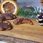 Einfaches Rezept für weiche Lebkuchen Kekse mit Schokolade. Sie sind recht schnell gemacht und schmecken jedem. Perfekt zu Weihnachten