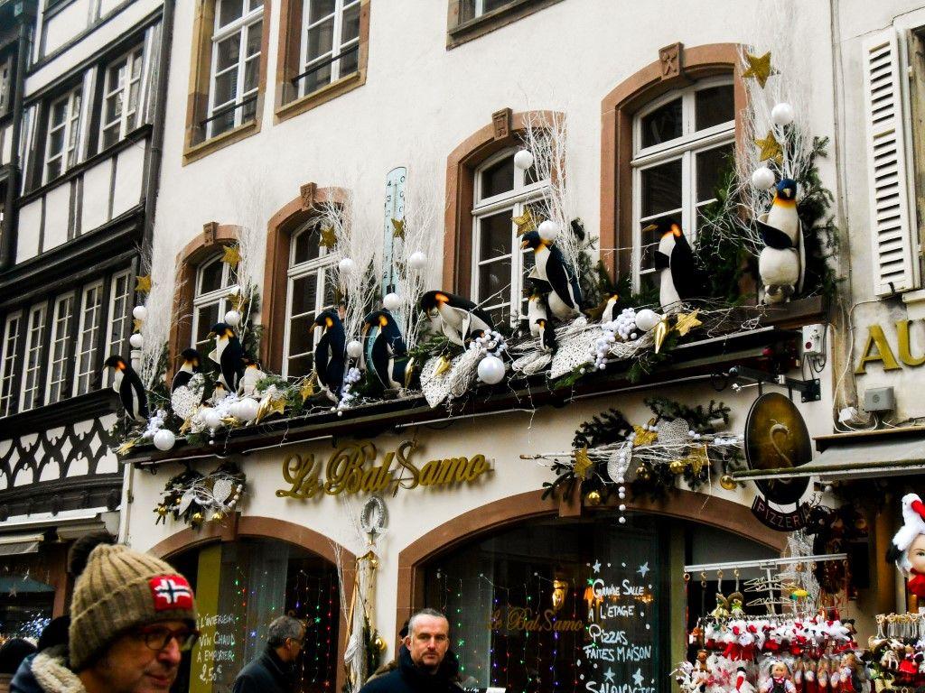 La porzione franco-tedesca d'Europa è nota anche per i suoi numerosi cori, soprattutto natalizi: li potrete ascoltare in concerto presso numerose chiese della città, a volte a titolo gratuito, altre volte a pagamento. Per chi ama gli sport invernali, non dimenticate la pista di pattinaggio in Place du Chateau, abbellita anche da un meraviglioso giardino di ghiaccio. - Casa