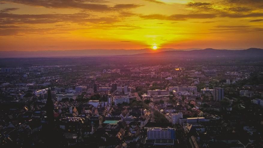 Blick auf das Zentrum von Freiburg im Sonnenuntergang