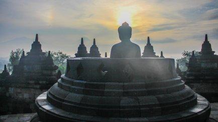 Buddha mit Heiligenschein am Borobudur