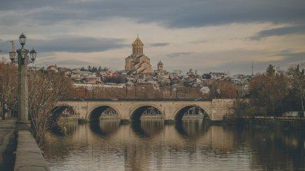 Der Fluss Kura, der durch Tbilisi fließt