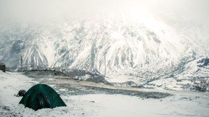 Fröhliche Camper im Schnee