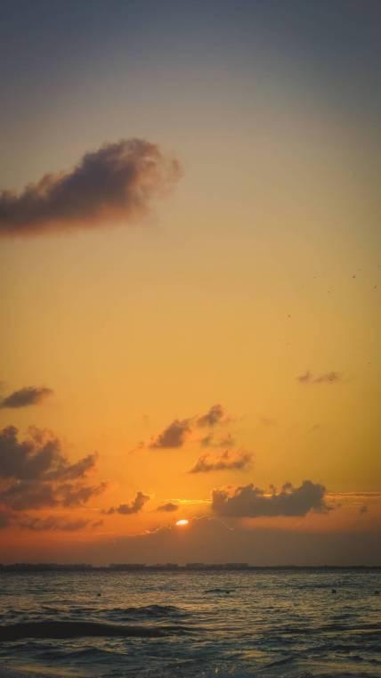 Die Sonne geht hinter Isla Mujeres unter
