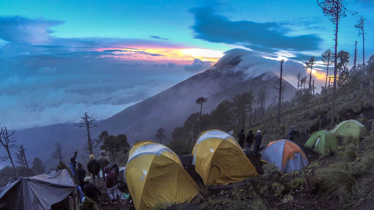 Blick von Acatenango auf den Vulkan Fuego