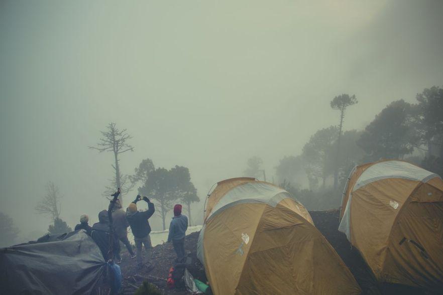 Vulkan Fuego im Nebel