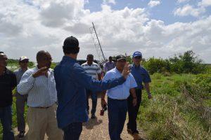 minister Algoe en LVV regio west coordinator Guido van der Kooye tonen Zolkifi Mahmud executieve director en Sharul Amir Abdul operations Manager van Anzeco de velden te Wageningen