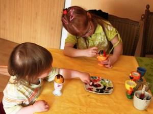 Karolina und Kira färben Eier