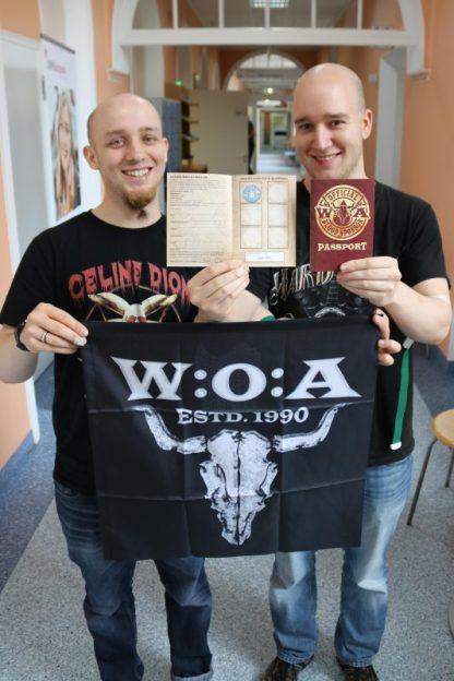 """Die Brüder Daniel und Alex gehörten zu den ersten der """"Wacken-Blutspende"""". Sie sicherten sich damit den besonderen Stempel-Pass für ein Wacken-Shirt. Nach sechs Vollblutspenden gibt es dann kostenfrei das offizielle W:O:A-Blood-Sponsor-T-Shirt. (Foto: UKM)"""