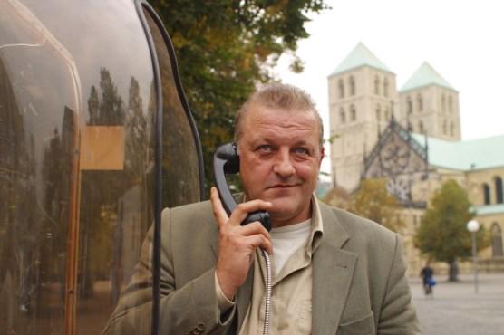 Leonard Lansink in seiner Rolle als Georg Wilsberg vor dem Dom in Münster. (Foto: ZDF / Thomas Kost)