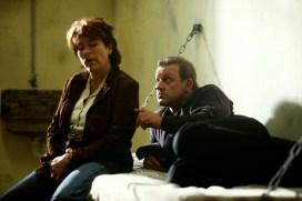 Nicht nur einmal landet Wilsberg im Knast. Seine Freundin Anna Springer (Rita Russek) hilft ihm aus der Patsche. (Foto: ZDF / Martin Lässig)
