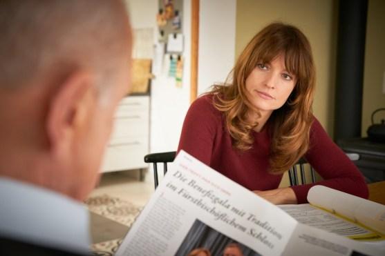 Alex (Ina Paule Klink) wundert sich, dass Wilsberg (Leonard Lansink) das lokale Klatschblatt studiert. Laut Wilsberg geht es dabei aber nur um die Recherche über verdächtige Personen. (Foto: ZDF/ Guido Engels)