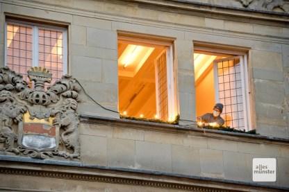 Auch an den Gebäuden des Prinzipalmarkts wird die Weihnachtsbeleuchtung vorbereitet (Foto: Bührke)