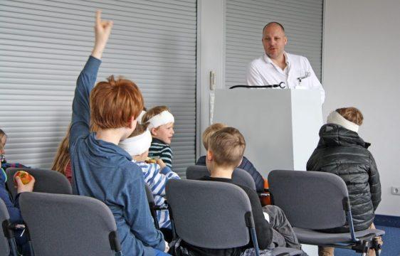 Dr. Schmidt-Mertens hat das Programm für die Schüler zusammengestellt. (Foto: Michael Bührke)