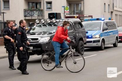 Ein Radfahrer bei dem Versuch, den Korso aufzuhalten (Foto: Bührke)