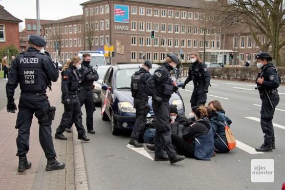 An der Weseler Straße kam es kurzzeitig zu einer Sitzblockade (Foto: Bührke)