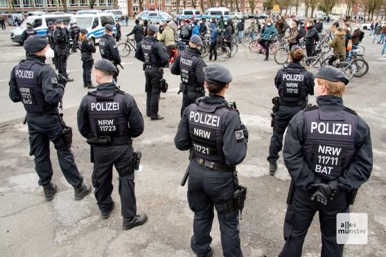 Auf dem Schlossplatz wurden die Gegendemonstranten von den Teilnehmern des Autokorsos ferngehalten (Foto: Bührke)