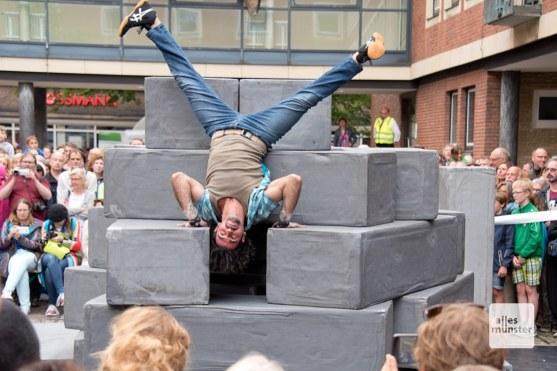 """Die Gruppen Motionhouse und NoFit State Circus mit dem Tanztheaterstück """"Block"""". (Foto: Michael Bührke)"""