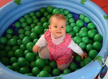 Ella hat das Bällchenbad für sich entdeckt.(Foto: SFH)