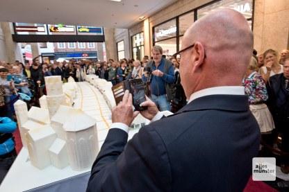 Auch Markus Lewe war offensichtlich beeindruckt von der kalorienreichen Modellbaustadt (Foto: Bührke)