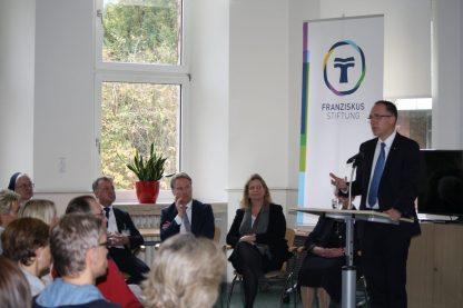Vorstandsvorsitzender Dr. Klaus Goedereis erläuterte den Mitarbeitern des Herz-Jesu-Krankenhauses Struktur und Selbstverständnis der St. Franziskus-Stiftung Münster. (Foto: SFS)