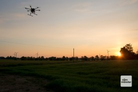 Die Drohne im Licht der aufgehenden Sonne. Wenn die Sonne höher steht, sind Wärmebildaufnahmen nicht mehr möglich. (Foto: Michael Bührke)