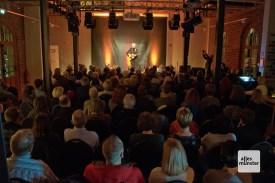 Jan Löchel singt vor ausverkauftem Haus (Foto: Michael Bührke)