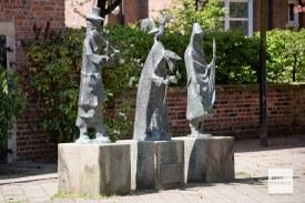 """Diese Skulptur von Rudolf Breilmann zeigt Fiedler Knauf, Heidemann und Spinnlenor aus Annettes """"Der Knabe im Moor"""". (Foto: Michael Bührke)"""