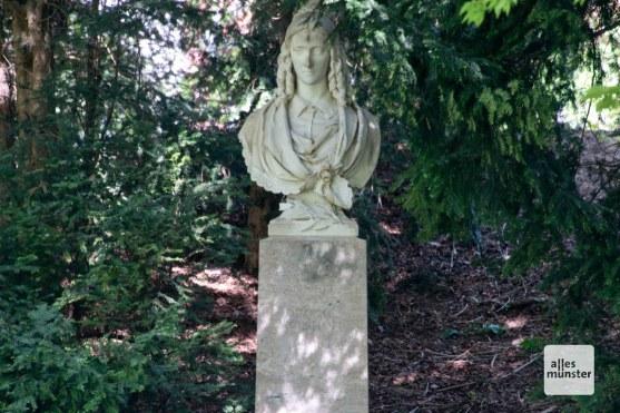 Etwas versteckt: Die Annette-Skulptur an der Promenade. (Foto: Michael Bührke)