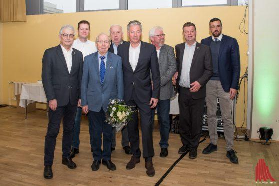 Für seine 80-jährige Mitgliedschaft wurde Helmut Kloer (3.v.l) geehrt. (Foto: Carsten Pöhler)