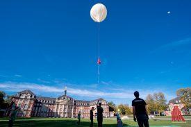Am Ende des Countdowns stiegen die Ballons in den strahlend blauen Himmel. (Foto: Michael Bührke)