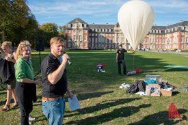 Dr. Thomas Bartoschek gibt Hintergrundinformationen zu den geplanten Experimenten. (Foto: Michael Bührke)