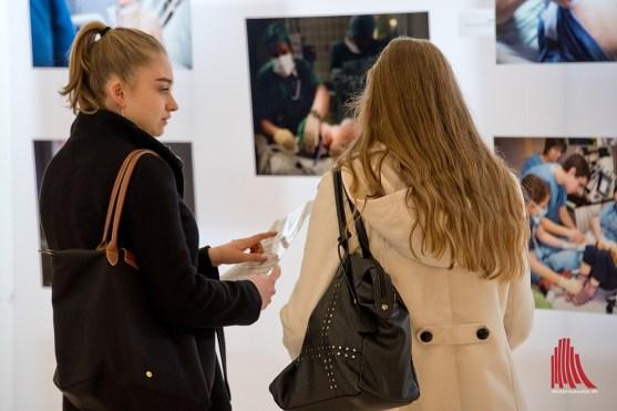 Die sehr unterschiedlichen Herangehensweisen der Fotografinnen sorgten für Gesprächsstoff. (Foto: Michael Bührke)